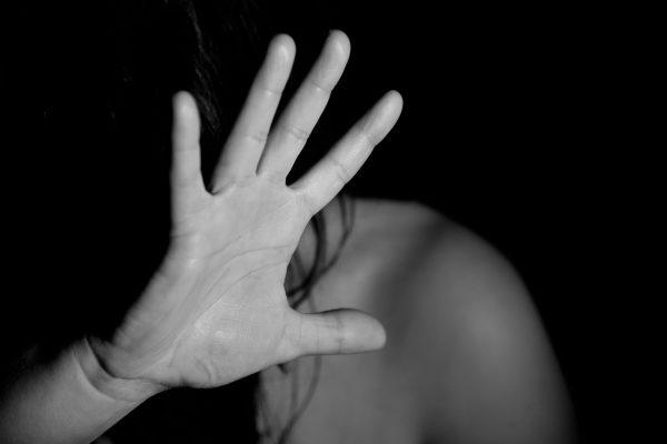 Femme victime de violences se cachant derrière sa main
