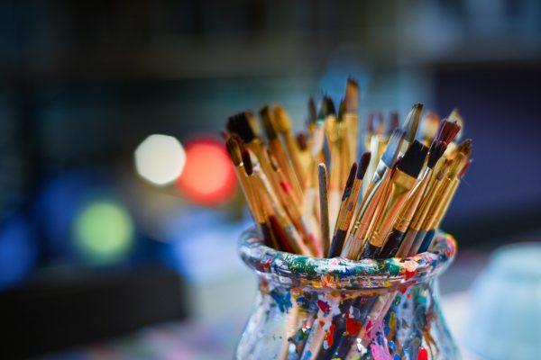 Brosses de peintre dans un pot en verre