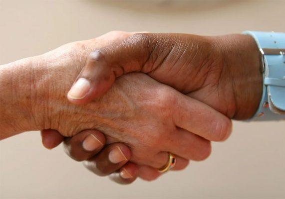 Poignée de mains solidaire