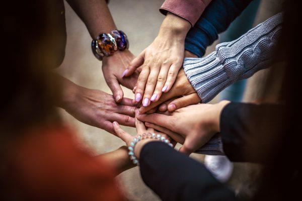 Des mains de femmes en cercle